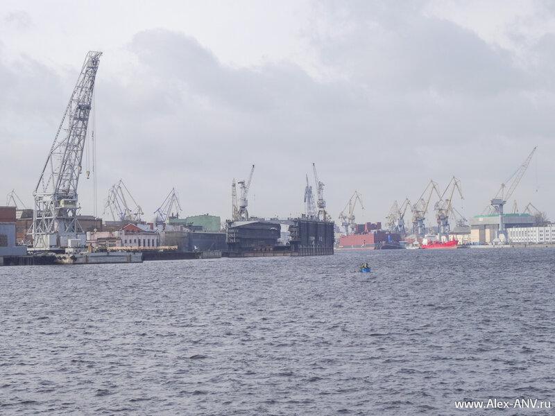 Адмиралтейские верфи и Балтийский завод. В правой части кадра видно здоровенное красное квадратное судно. Это первая в мире плавучая атомная электростанция.