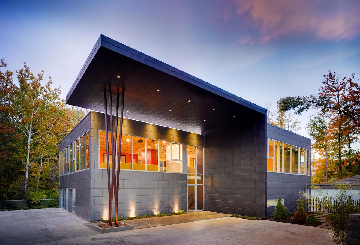 New Homes & Land, The Zinc House, частный дом в лесу, панорамные окна в частном доме, строгий фасад дома, яркая мебель в интерьере, дом в Цинциннати
