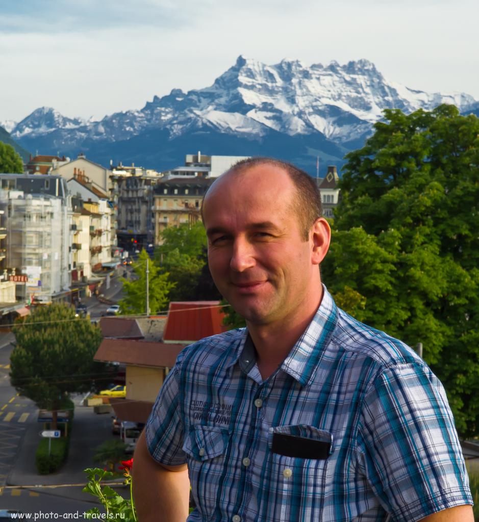 """Фотография 9. Отзыв о поездке в Швейцарию, курорт Монтрё. Обрезка рук выше локтевого сгиба и попытка кадрировать снимок так, чтобы глаза были ближе к точке """"золотого сечения"""" немного улучшили фотографию... Только вот я хотел, чтобы было понятно, что я стою на террасе. А пришлось все обрезать..."""