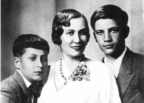 Надежда Ивановна Озерова (урождённая Сахарова) с сыновьями Николаем и Юрием.