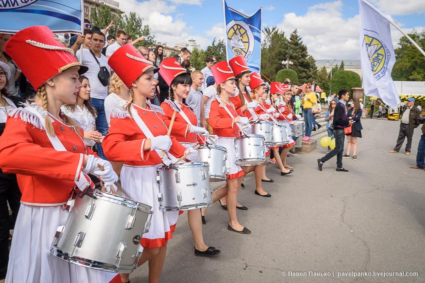 парад студентов барабанщицы