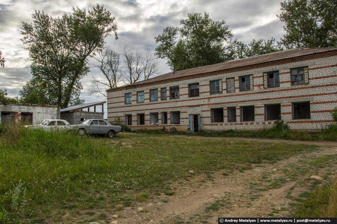 Старое заброшенное общежитие в селе Исетское