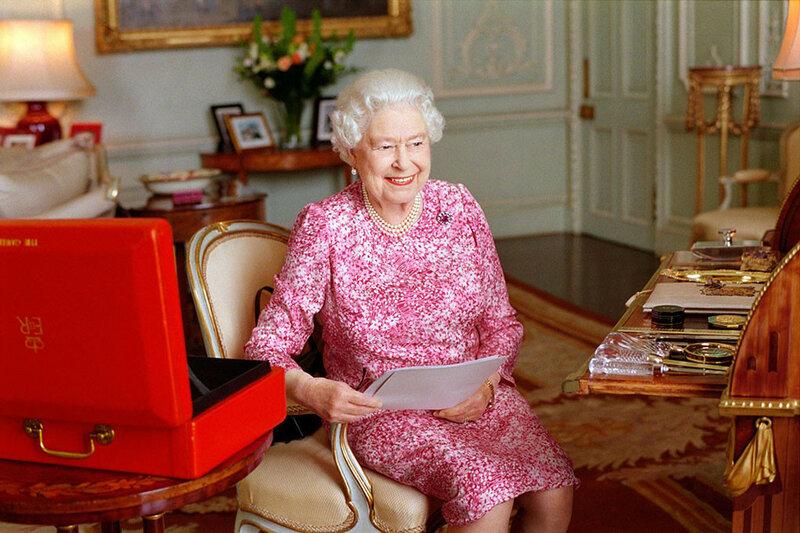 Автором официального фото стала дочь музыканта Пола Маккартни — Мэри Маккартни. На снимке Елизавета II сидит в кресле в Букингемском дворце.