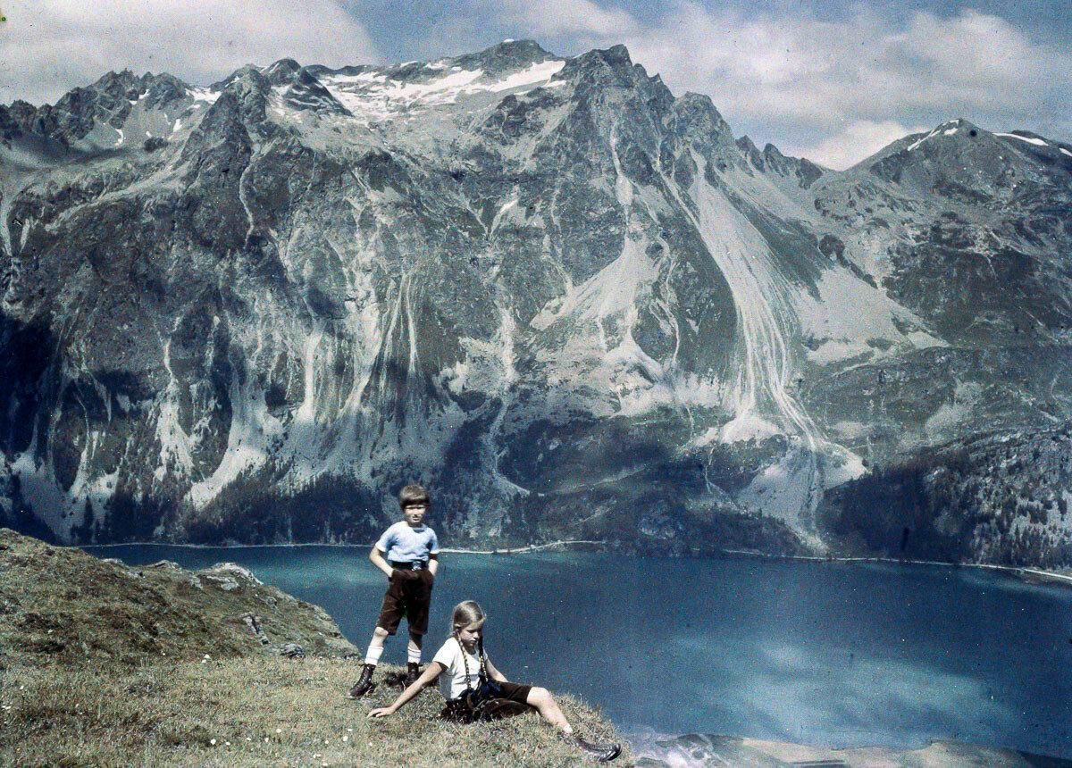 1925. Хайнц и Ева на склоне холма