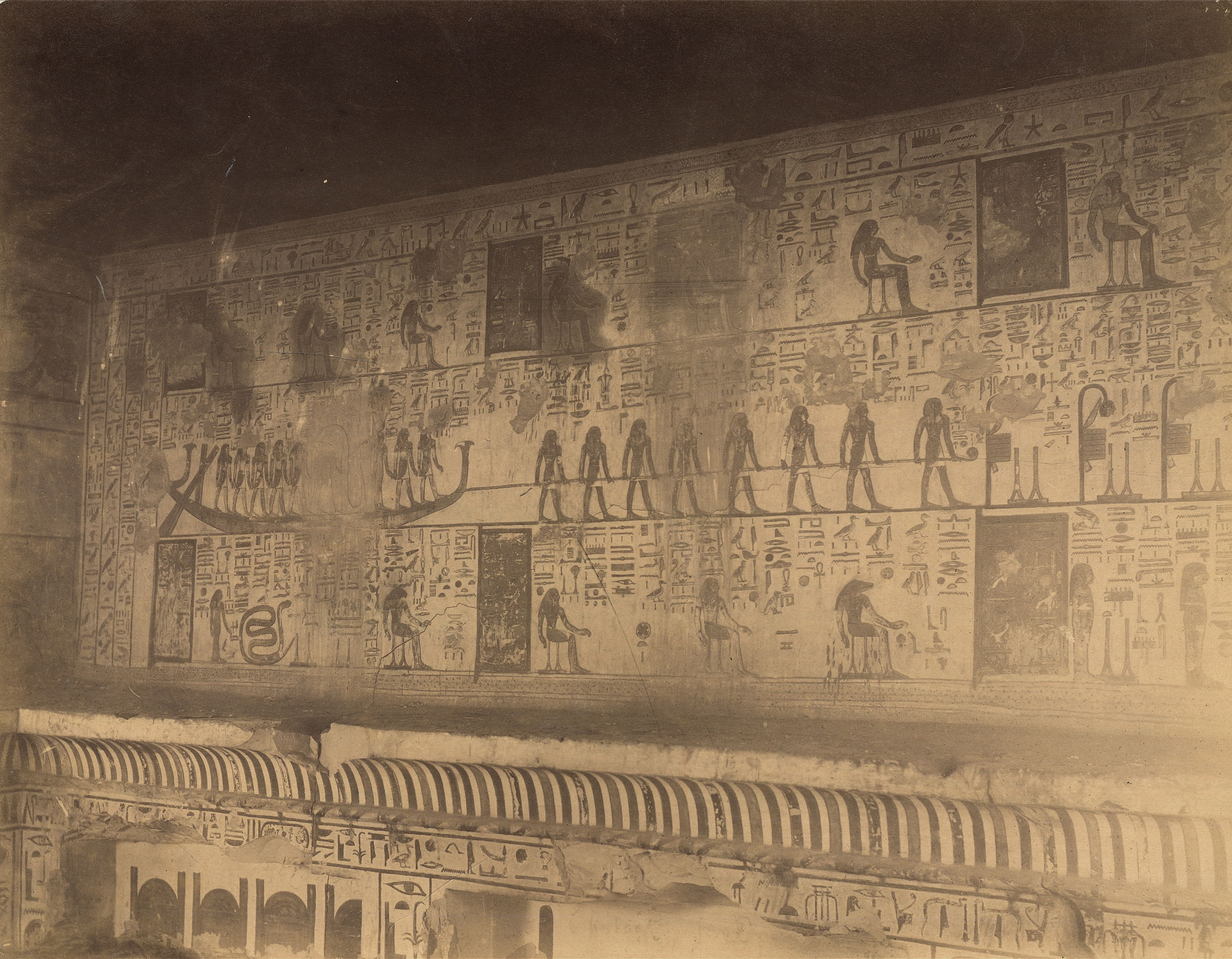 Долина царей. Погребальная камера Сети I. Боковая комната. На стенах показаны выдержки из заупокойной книги текстов Амдуата