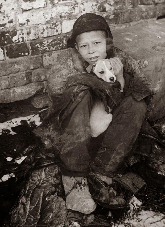 1930. Беспризорный мальчик с собакой. Самара