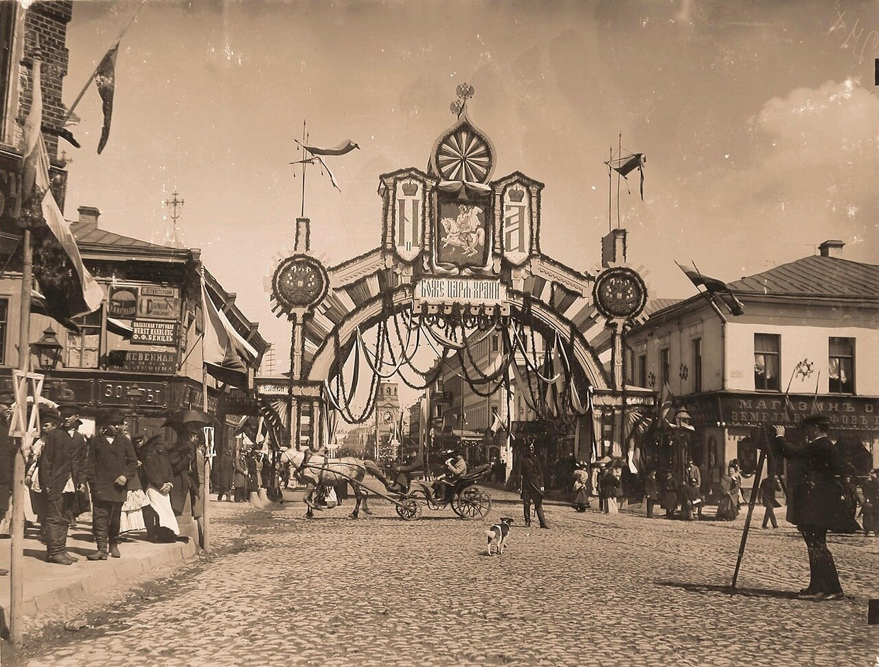 Вид празднично украшенной к торжествам коронации арки, установленной на Рождественском бульваре