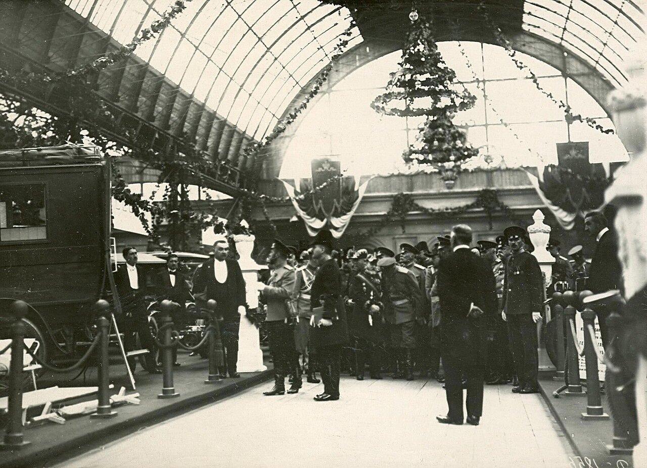 09. Император Николай II со свитой осматривает выставку