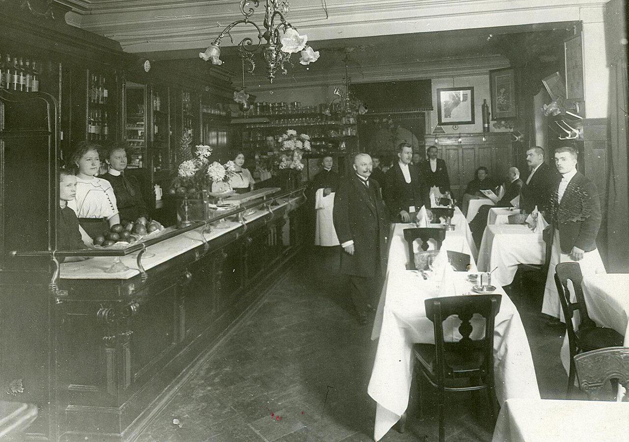 Часть общего зала ресторана и буфетная стойка