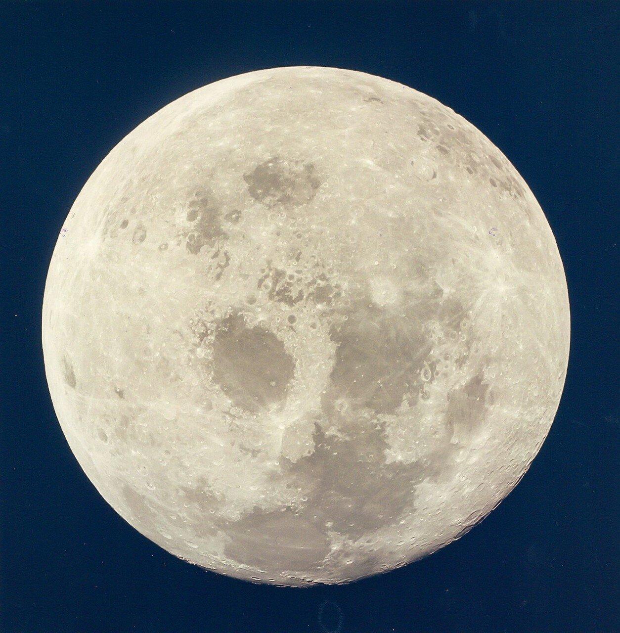 Астронавты развернули его носом в обратную сторону, чтобы пофотографировать быстро удалявшуюся Луну. После этого они перевели командно-служебный модуль в режим пассивного термического контроля, и у экипажа начался 10-часовой период ночного отдыха