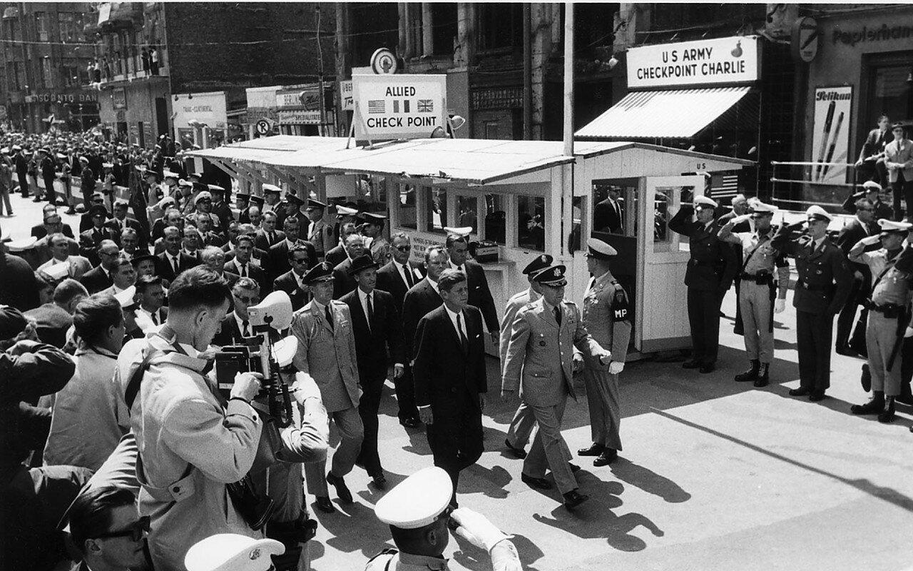26 июня 1963. Перед своим выступлением  Кеннеди осмотрел  Чекпойнт Чарли