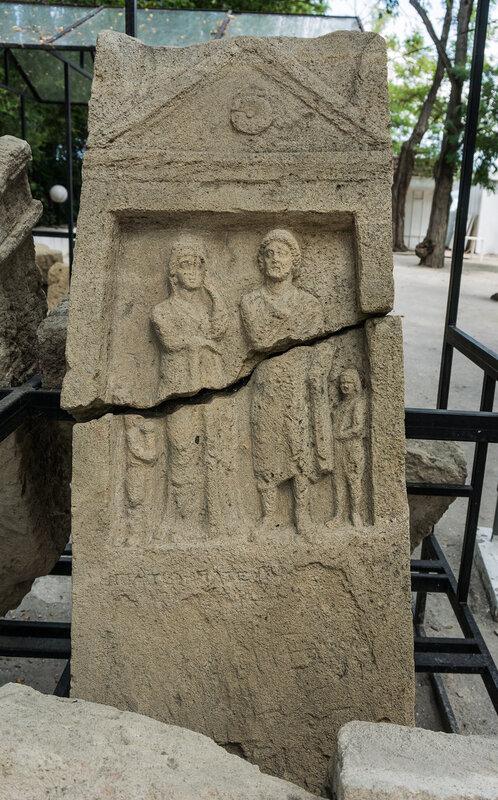 Надгробная стелла античной семьи