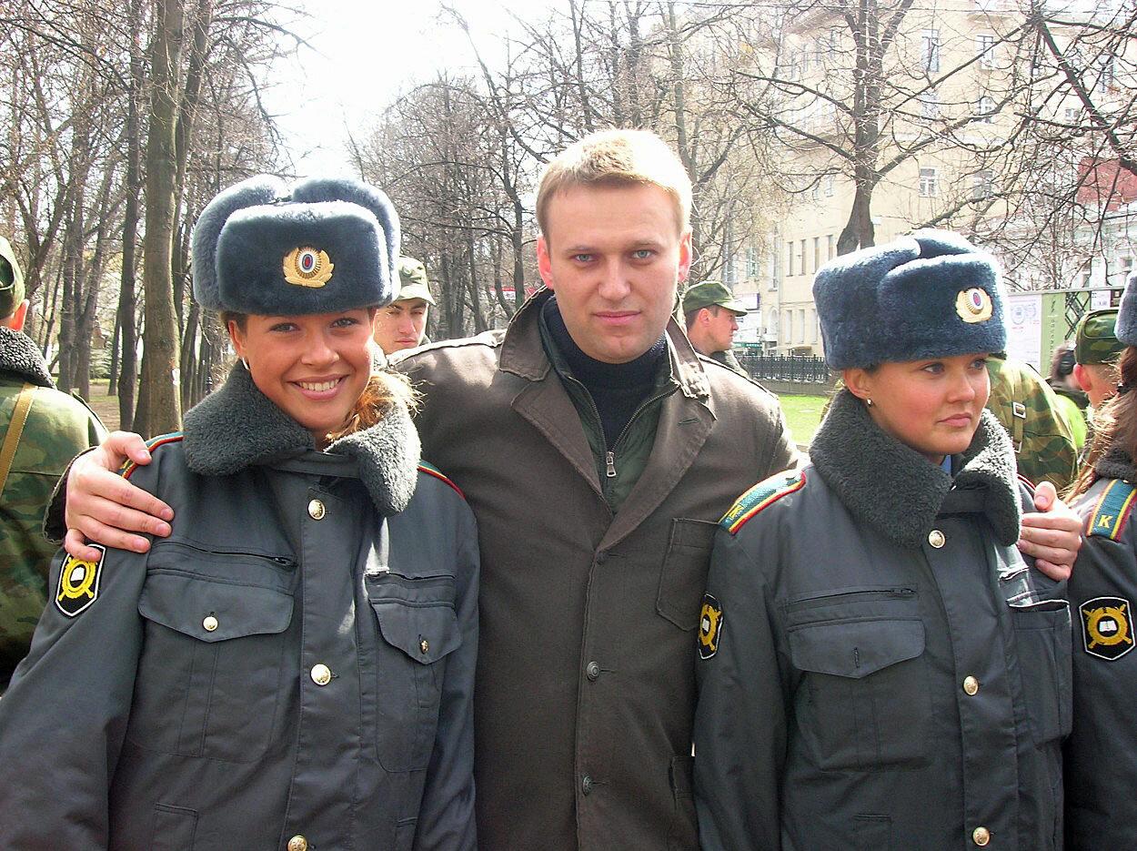 Офицер полиции присела на фаллос бандита
