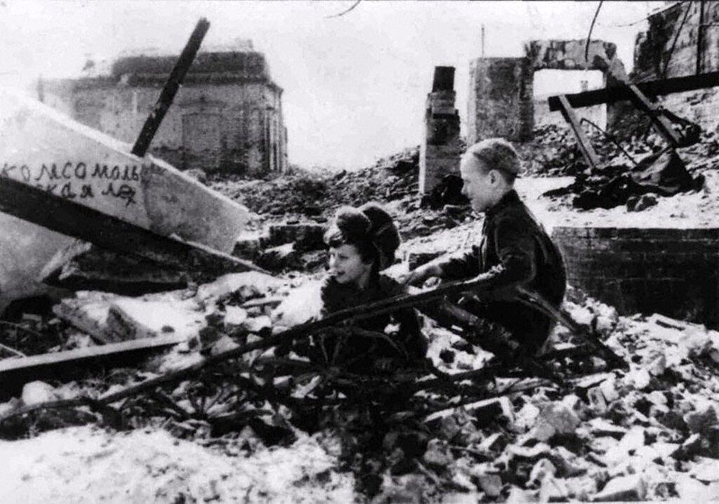 Мальчишки города Сталинграда. Улица Комсомольская. 1944 г.