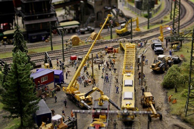 Гранд макет: строительство новой железнодорожной ветки. Спецтехника: гравиенасыпной и шпалоукладочный поезд, трактора и многотонный кран