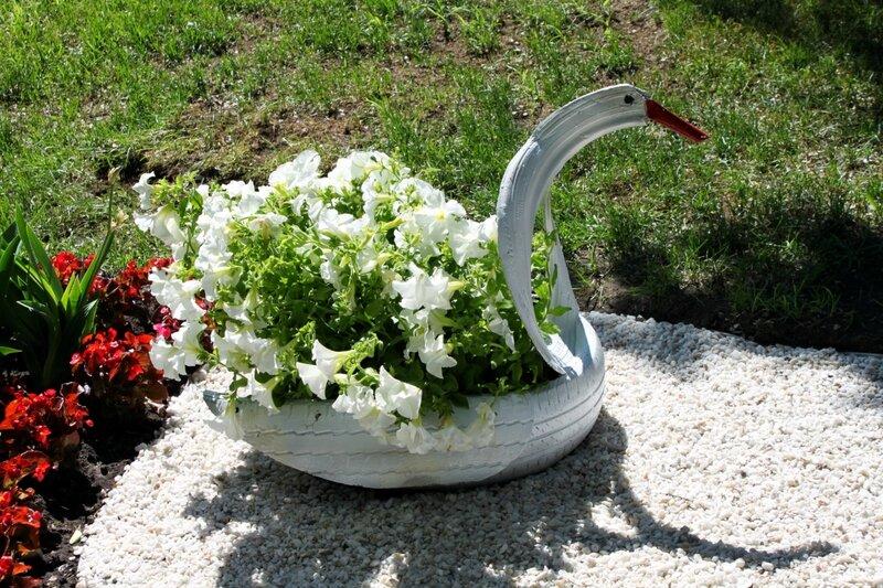 Цветочный лебедь из старой покрышки