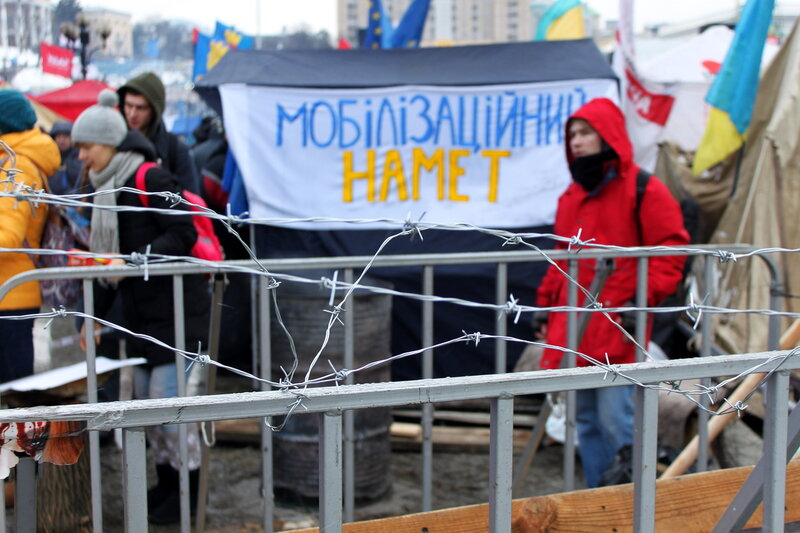 Колючая проволока на ограде Евромайдана