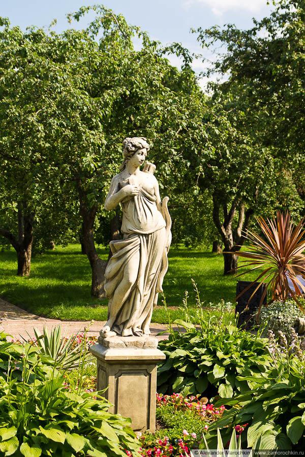 Парковая скульптура, женская фигура