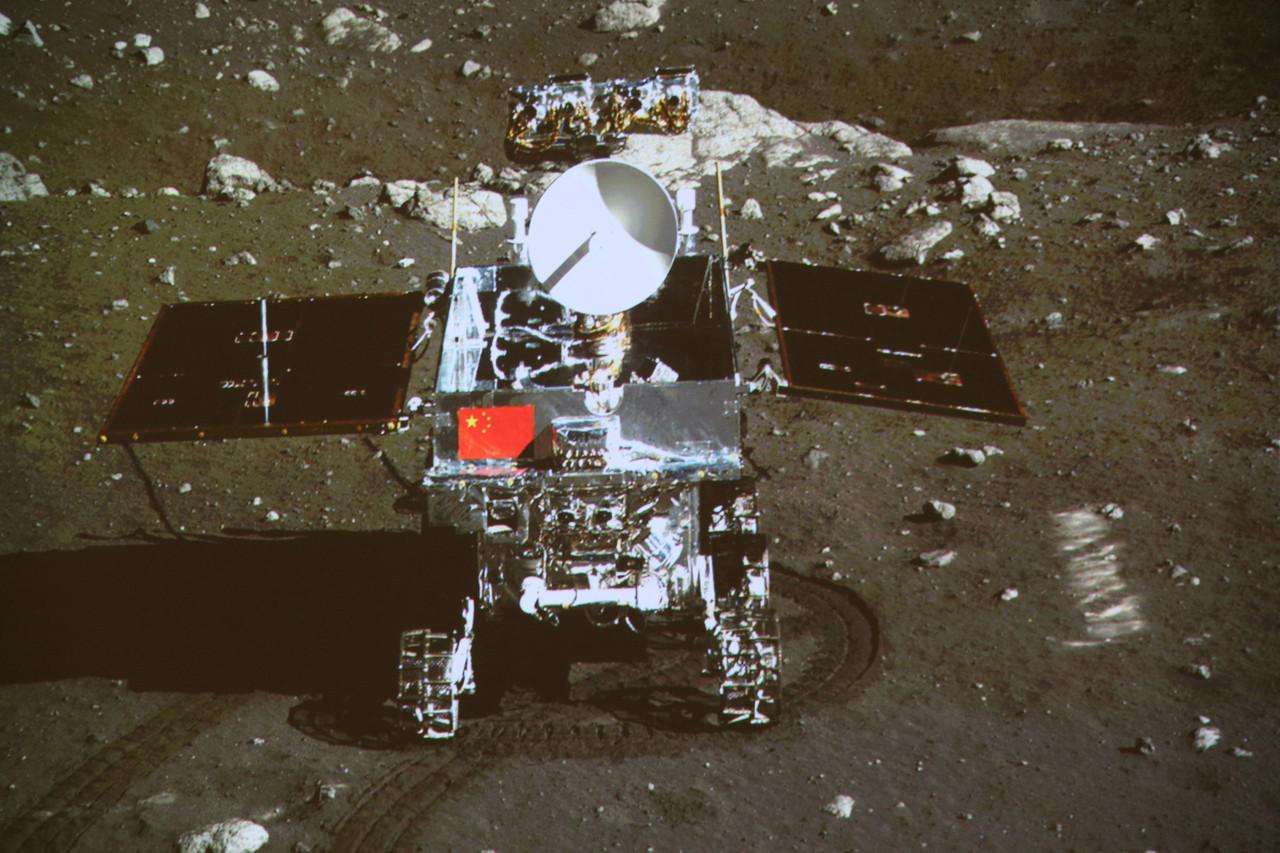 Появились первые цветные фото поверхности Луны