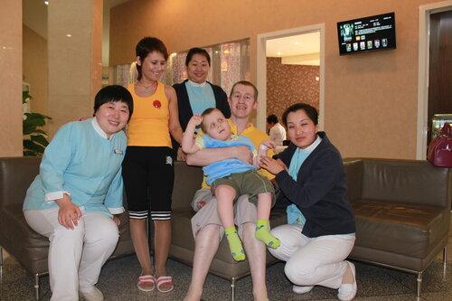 Таня, Сава, я и медсестры, на заднем плане вход в кафе