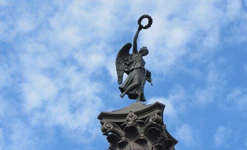Памятник Славы у Свято-Троицкого Измайловского собора