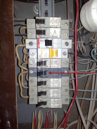 Фото 6. Автоматический выключатель (обозначен на фото тёмно-красной стрелкой) включен, электроснабжение офисного помещения восстановлено.