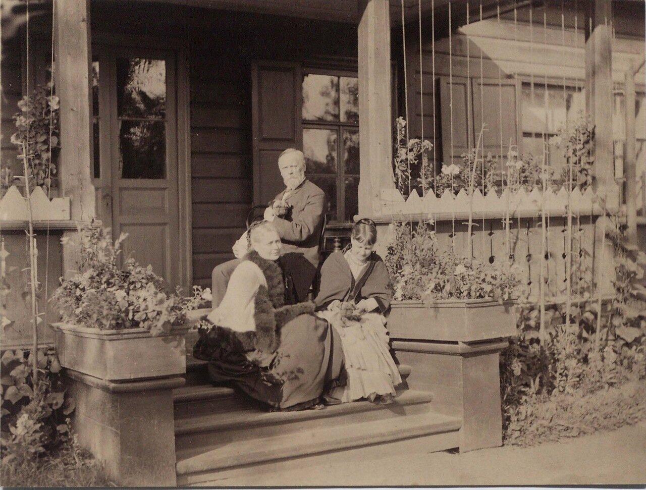 1886. Фотография (групповая) на крыльце дачи гр. Мордвинова