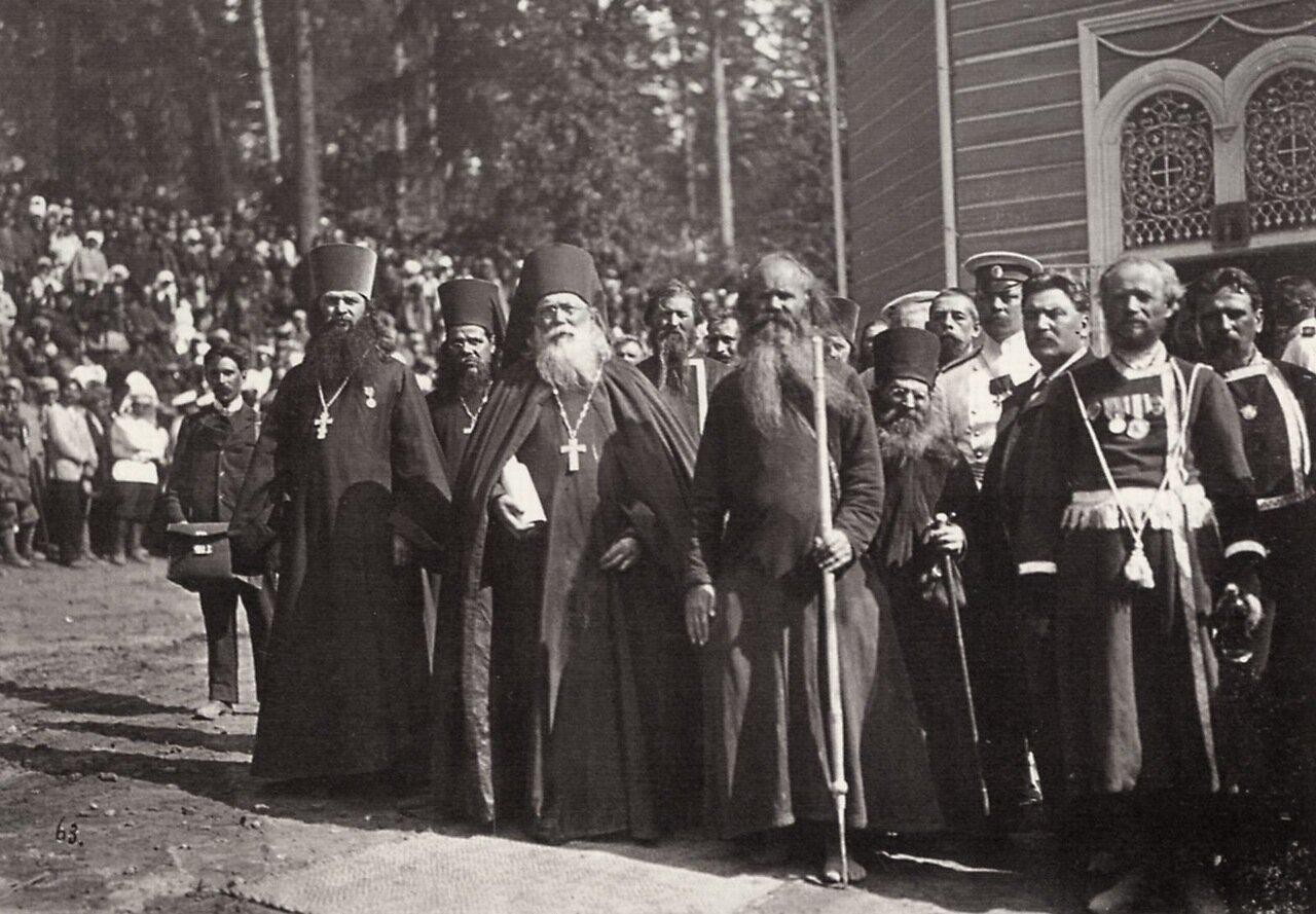 Местное духовенство и странствующий монах. Саров, 1903
