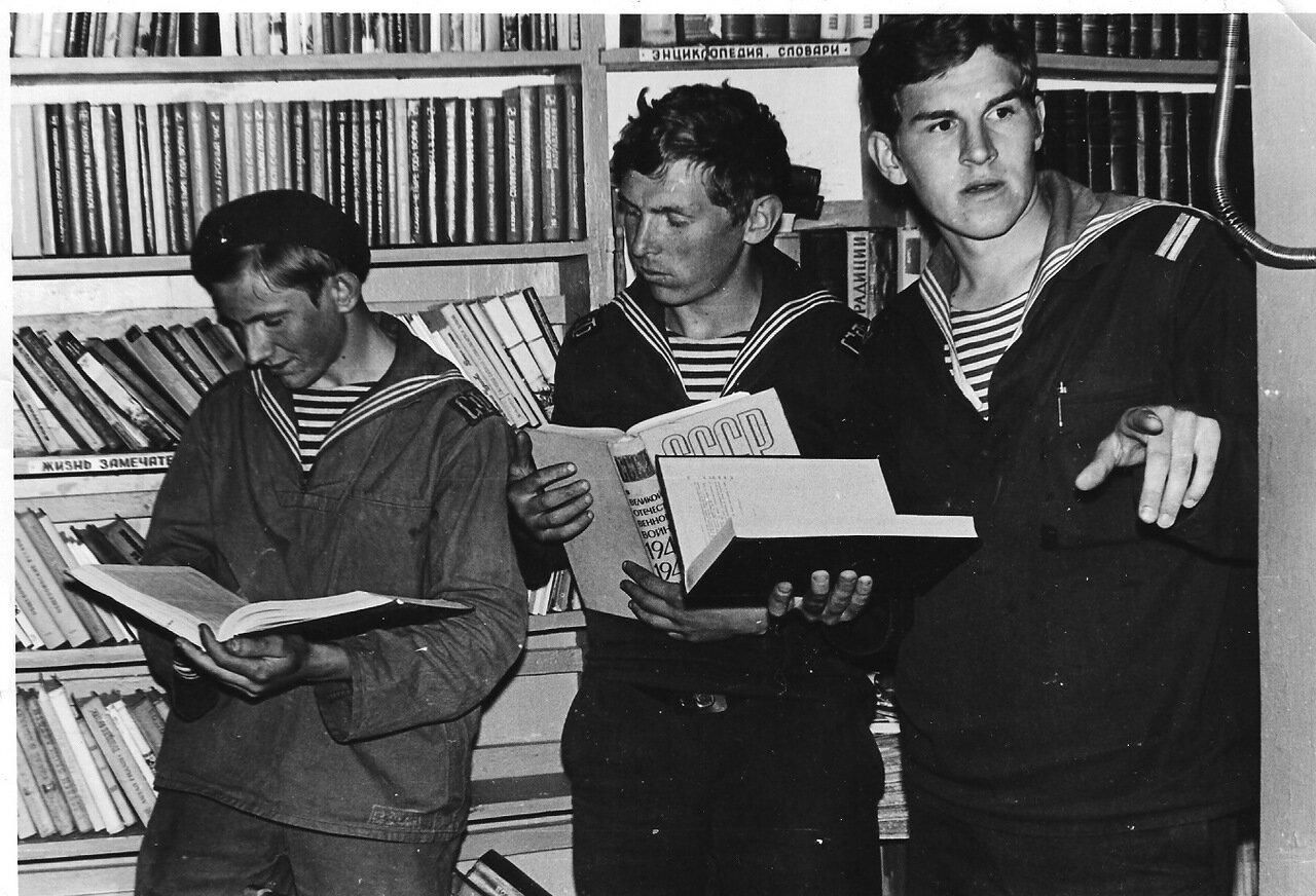 Библиотека в клубе.