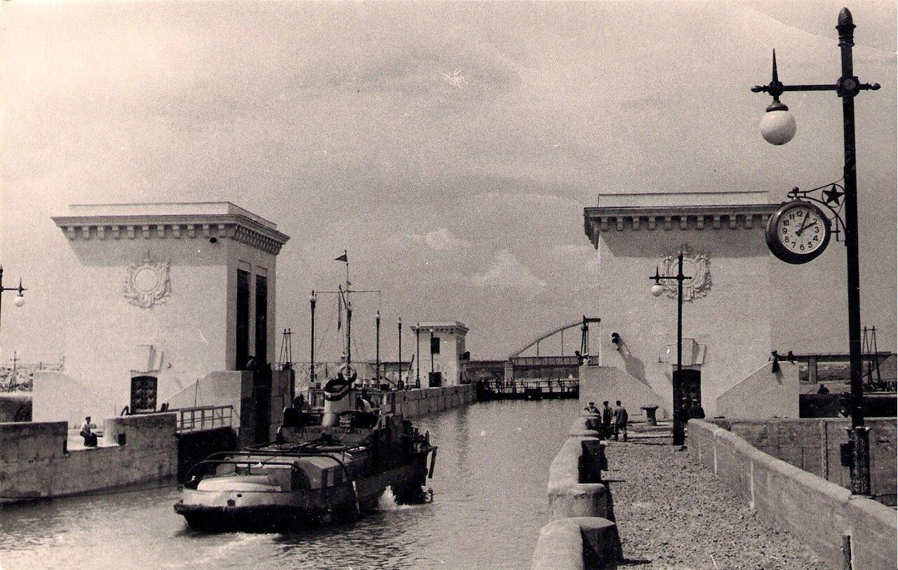 Шлюз №2 и железнодорожный мост через канал