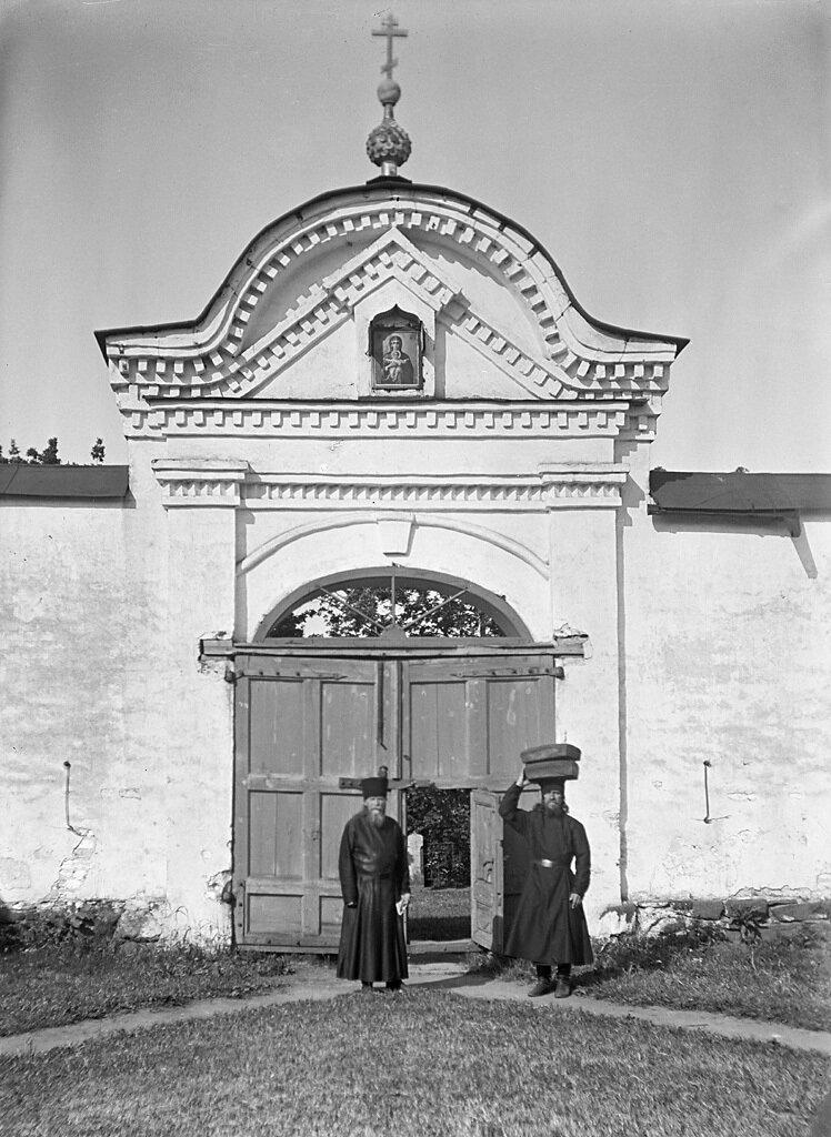 Монахи у ворот в монастырь