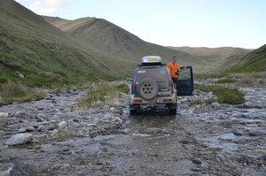 Дорога по руслу речки на подъеме к перевалу Бугузун