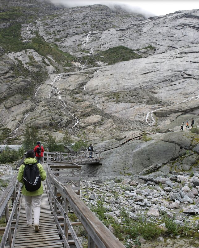 тропа к леднику Нигардсбреен.Walk to Nigardsbreen Glacier