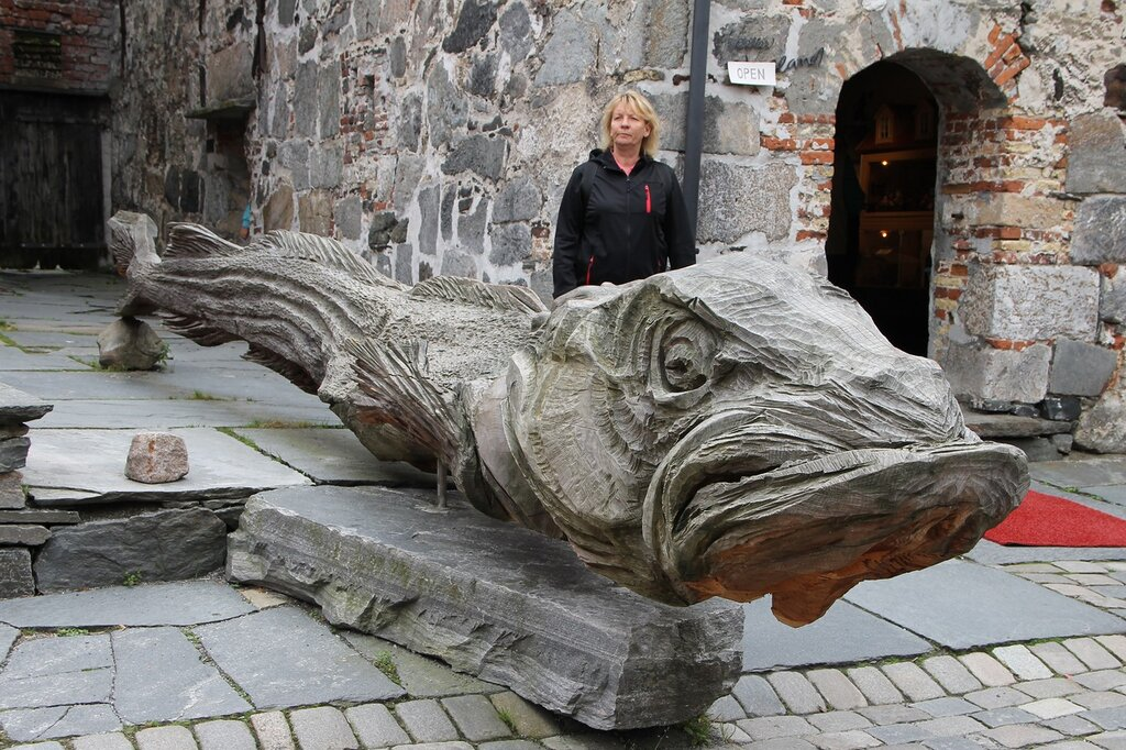 Bergen, Bryggen,  the monument of Norvegian Cod. Берген, Брюгген. Памятник норвежской треске