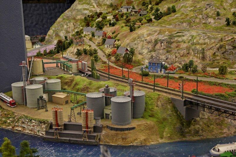 Гранд макет: нефтеналивной терминал на реке, горная дорога с коттеджами и цветущие луга