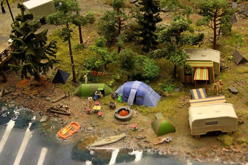 Гранд макет: кэмпинг на речном берегу. Палатки, тенты, место для костра, складные столы и стулья, надувная лодка и байдарка