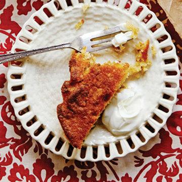 Пирог с орехами подать со сметаной