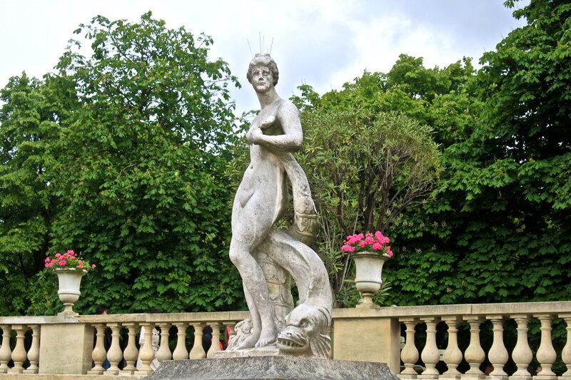 Скульптура в Люксембургском саду.