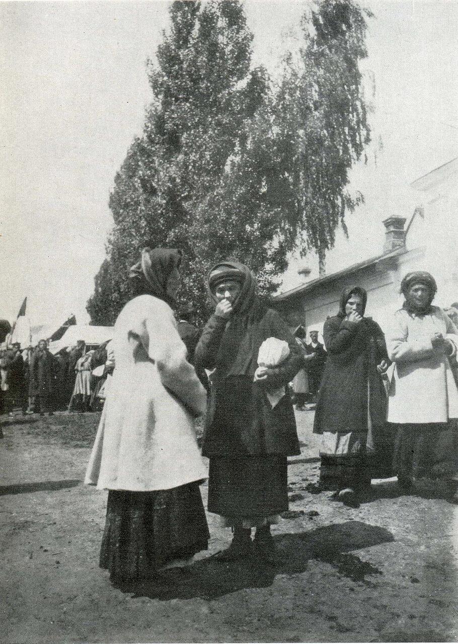 Женщины в свитках и «юпках». Черниговщина. Фото Ф. Волкова. 1902 г.