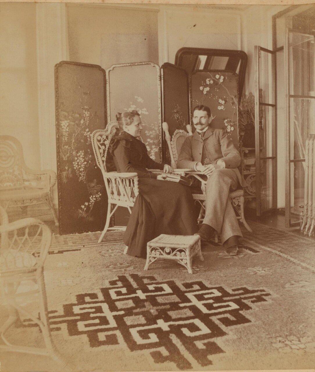 Сара Смит, в трауре по мужу, и ее брат Фредерик С. Прэй на террасе дома Смита. 1899