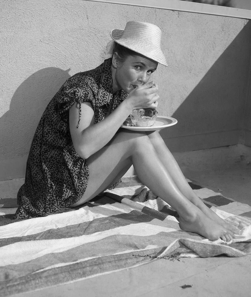 1965. Дебби Рейнольдс наслаждается мороженое с фруктами