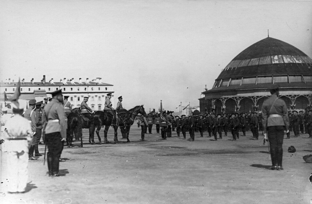 70. Император Николай II с сопровождающие его лица на смотре потешных на Марсовом поле