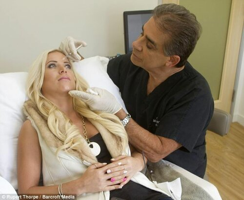 Пластический хирург постоянно переделывает внешность своих дочерей (9 фото)
