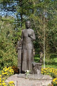 Памятник А.А.Ларионовой, потерявшей в ВОВ семерых детей