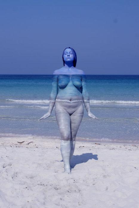 Боди-арт раствориться на фоне моря
