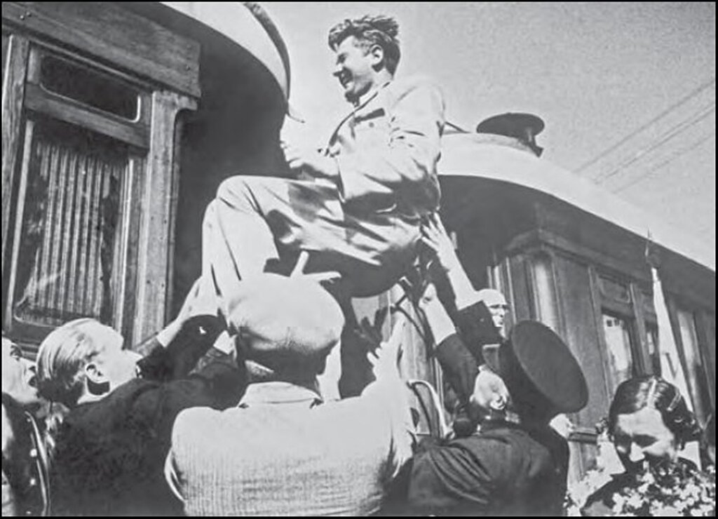 Железнодорожники качают члена полномочной комиссии Государственной Думы Эстонии Вейса после возвращения из Москвы, где Эстония была принятав состав СССР. Июль 1940 г.
