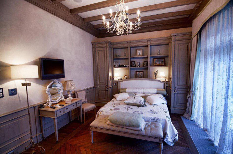 Во втором блоке — еще одна спальня (естественно, тоже с камином), терраса с гардеробной, чайная комн