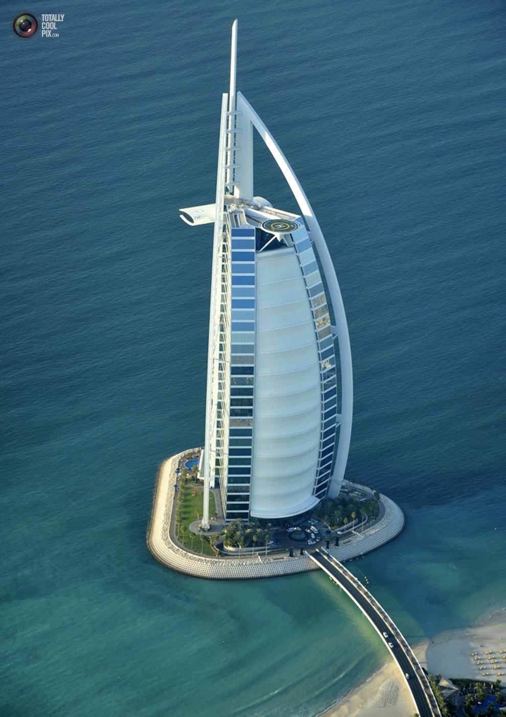 20. Вид с воздуха на отель «Бурдж аль-Араб» в Дубае. (REUTERS/Matthias Seifert)
