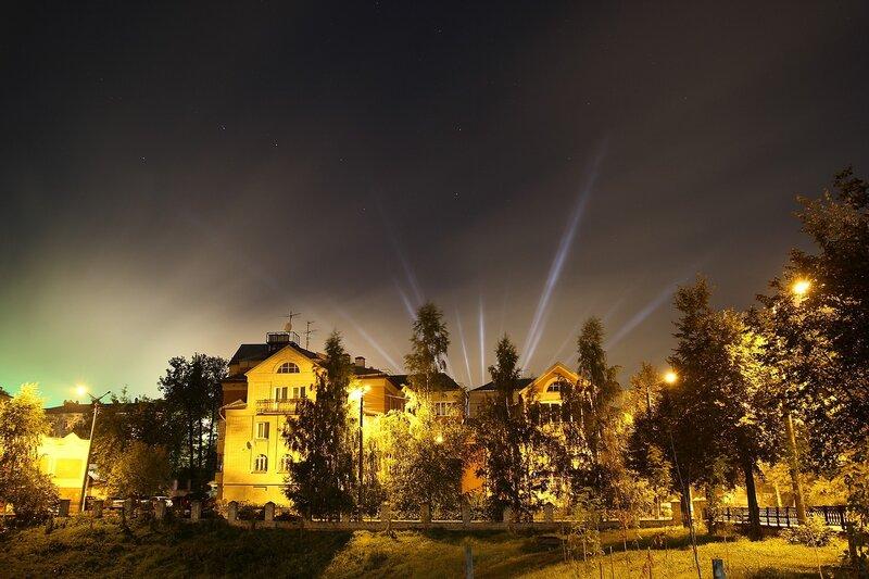 Ночной дом и лучи в небе IMG_7748