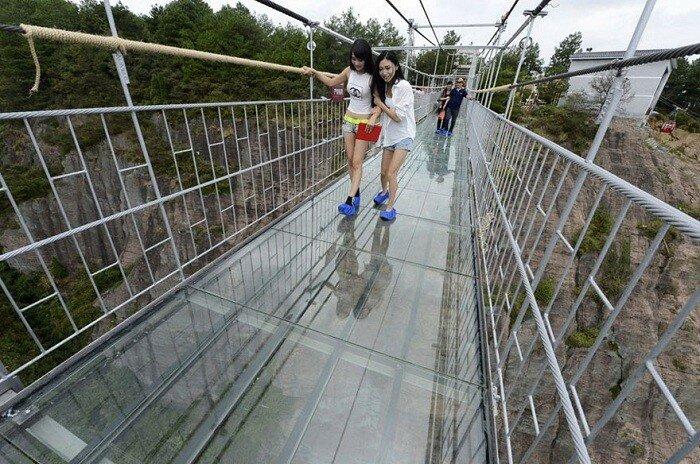 Стеклянный мост, расположенный на высоте 180 метров.